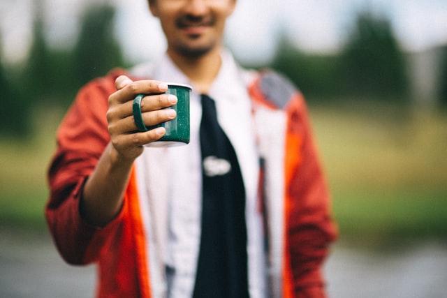 hombre sujetando una taza de té