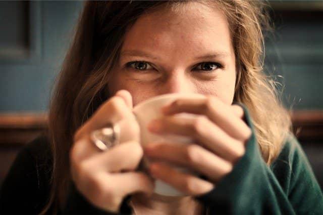 una chica tomándose un té