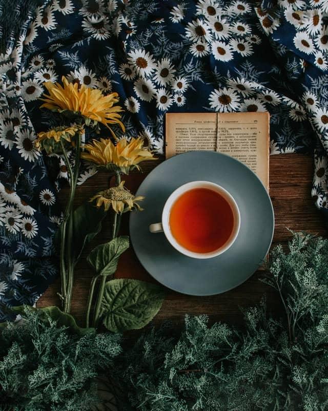 té rojo rodeado de flores