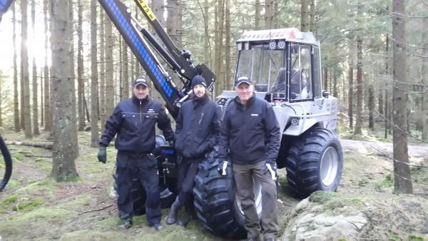 Daniel Nyman, till vänster, på Carl-Nilsson AB levererar Vimeks 404T6 skördare till Bo Svensson och hans son Johan.