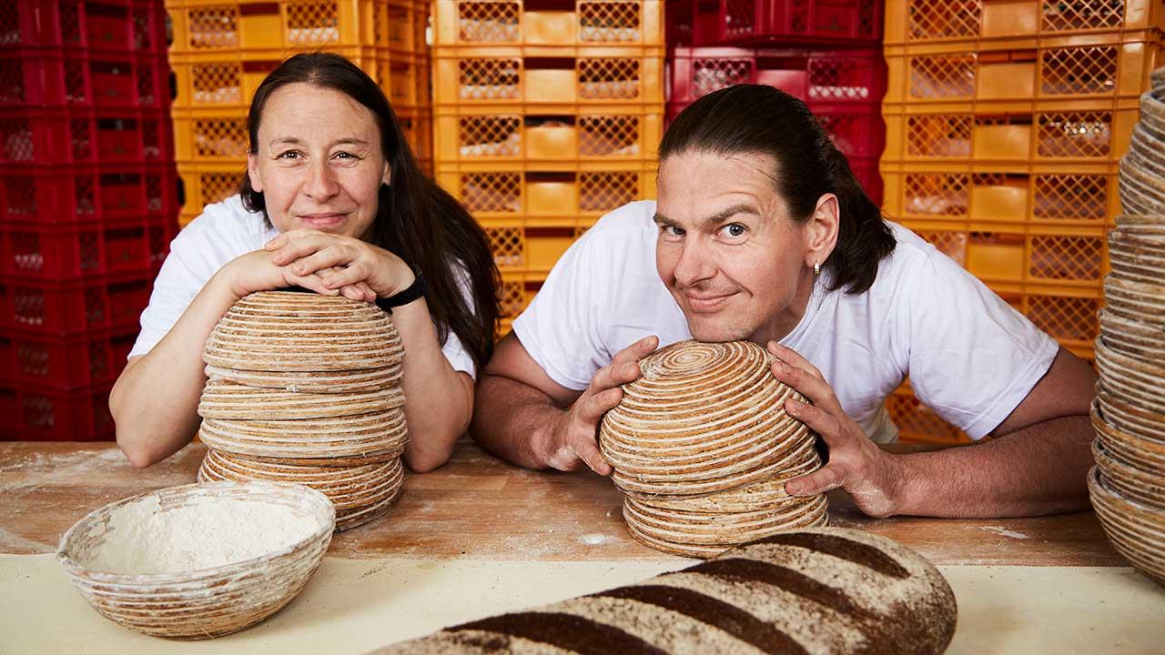 zwei MitarbeiterInnen aus der Brotschicht