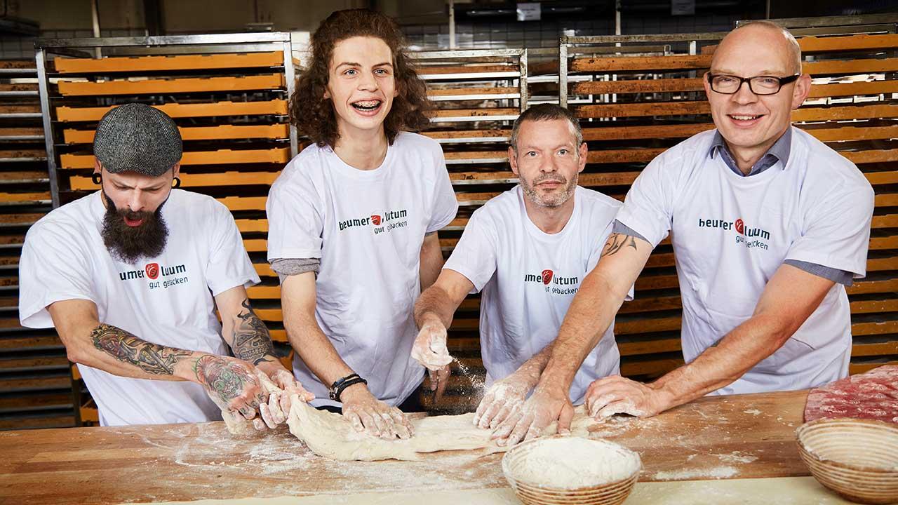 Team von Baeckern aus der Brotbaeckerei
