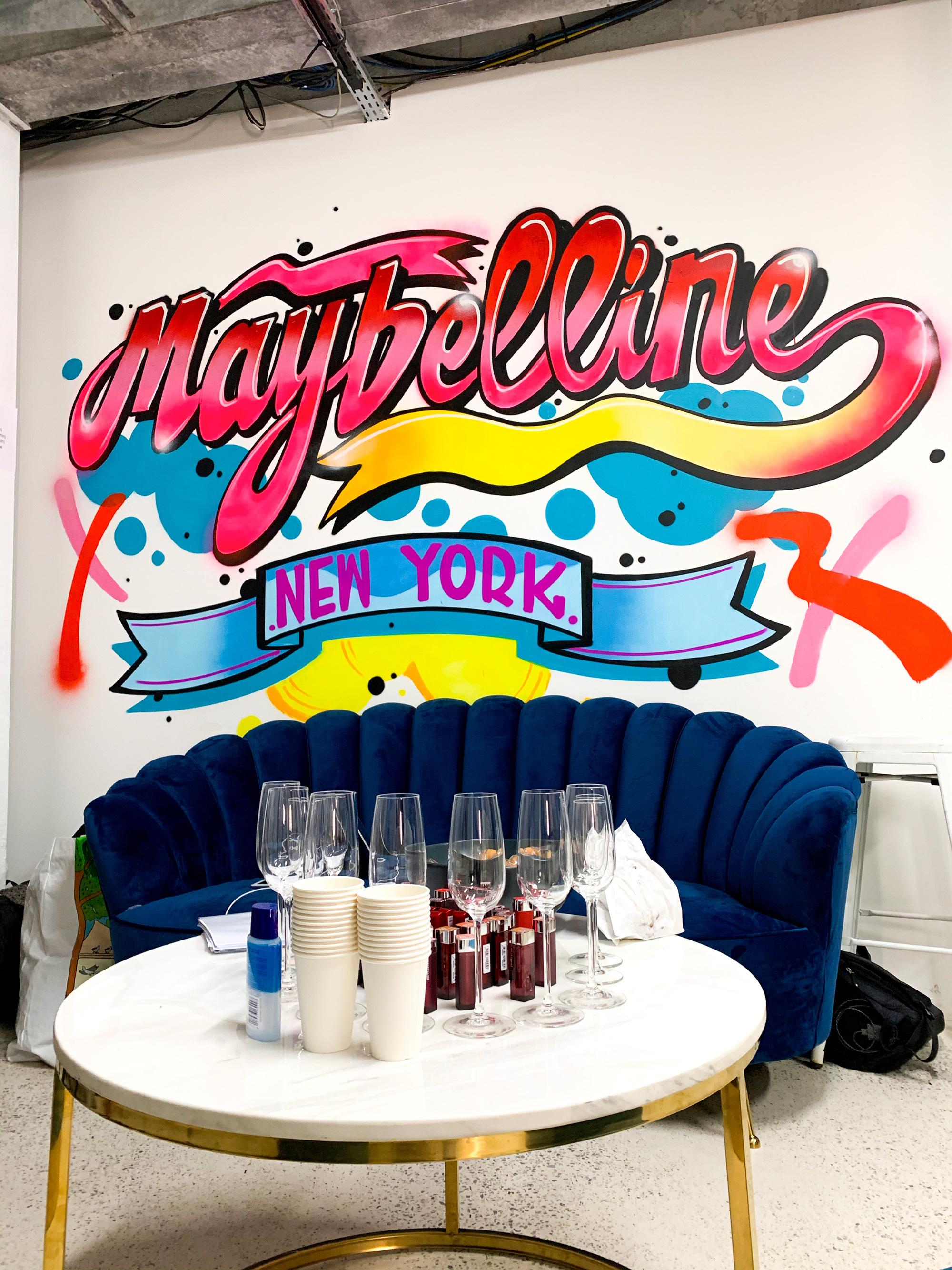 décoration graffiti sur mur pour Meybelline