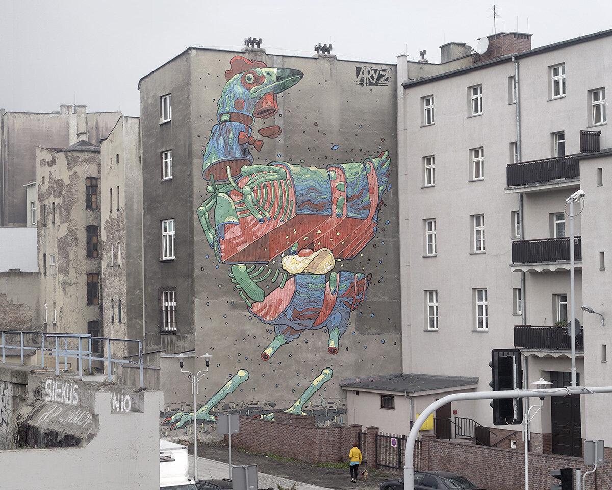 Fresque d'une poule en street art sur une façade d'mmeuble