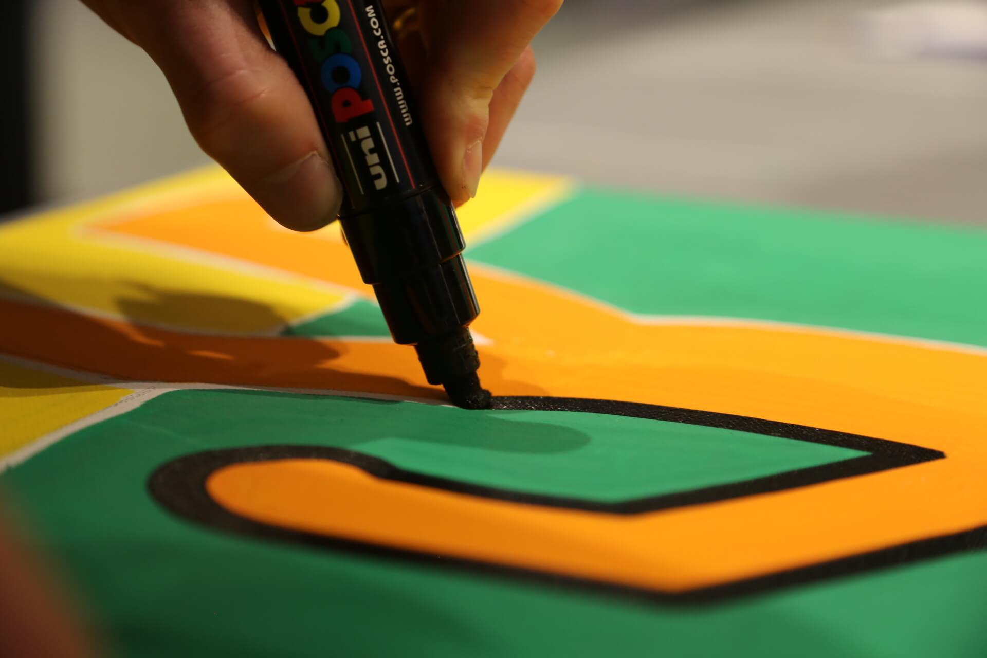 main en train de peindre une toile pop art
