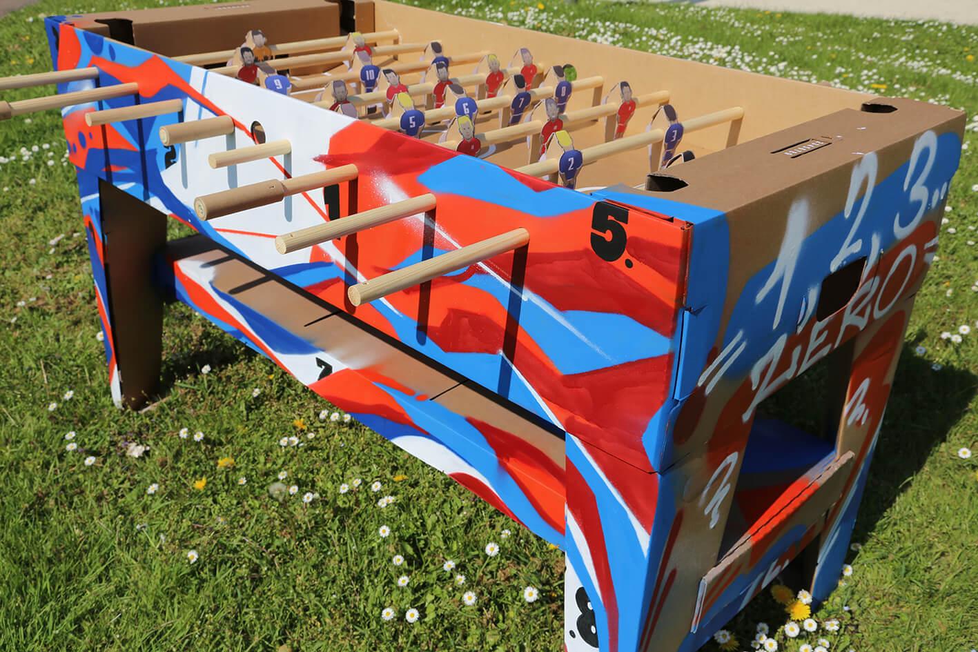 Baby foot en carton personnalisé en street art
