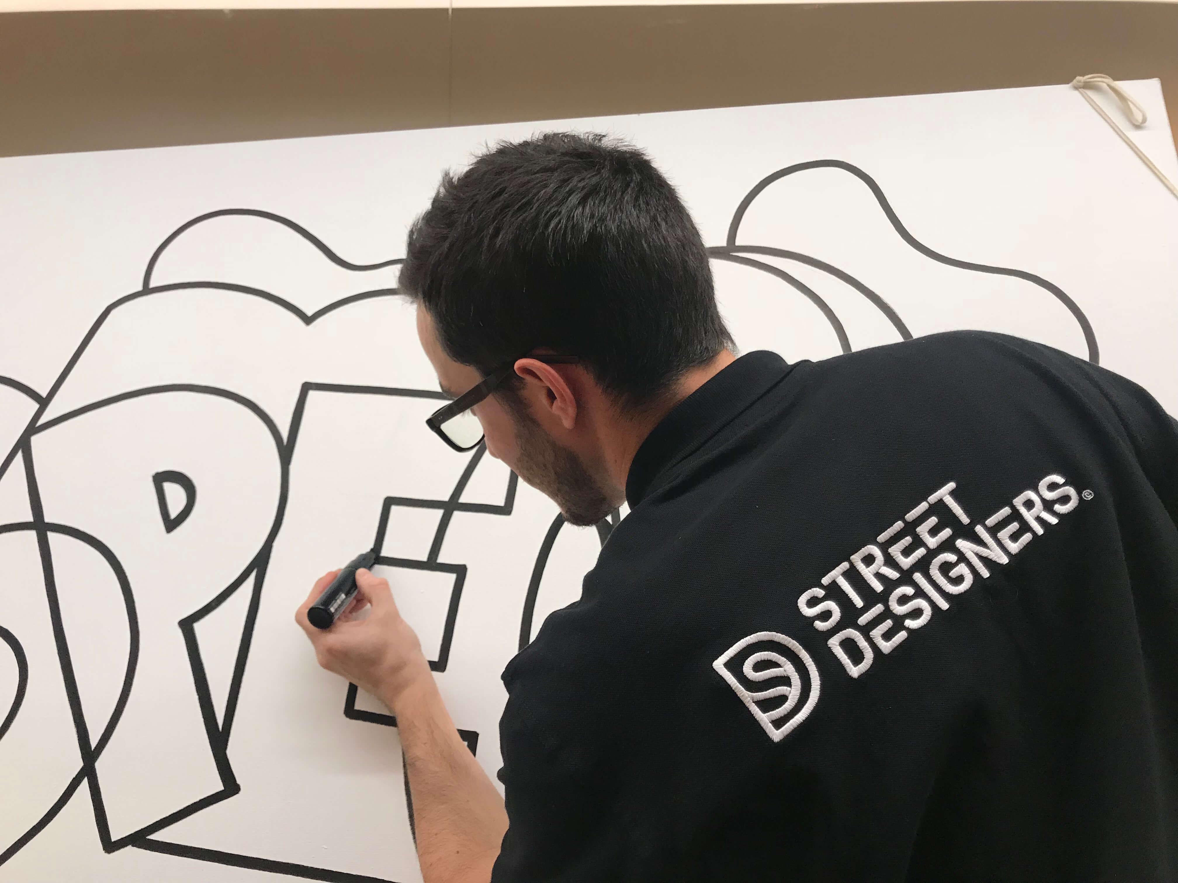 Graffeur en train de peindre une toile à Paris