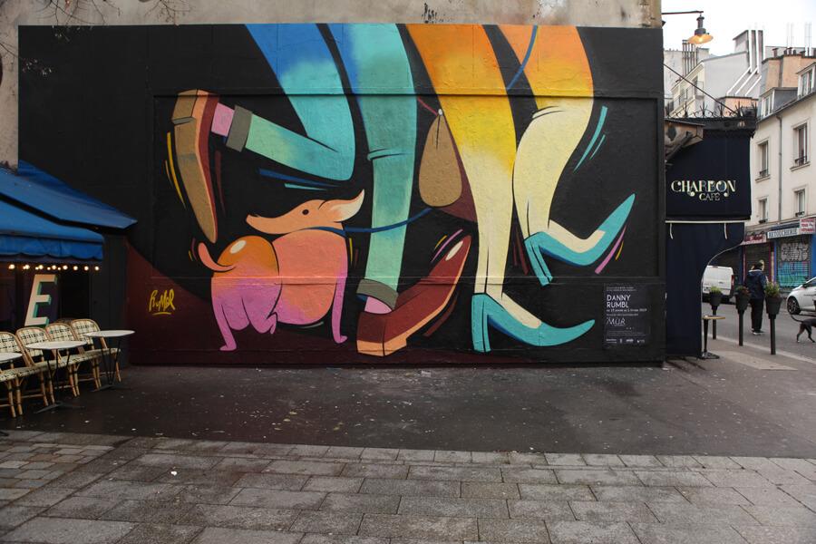 Fresque urbaine représentant un chien et des jambes colorées