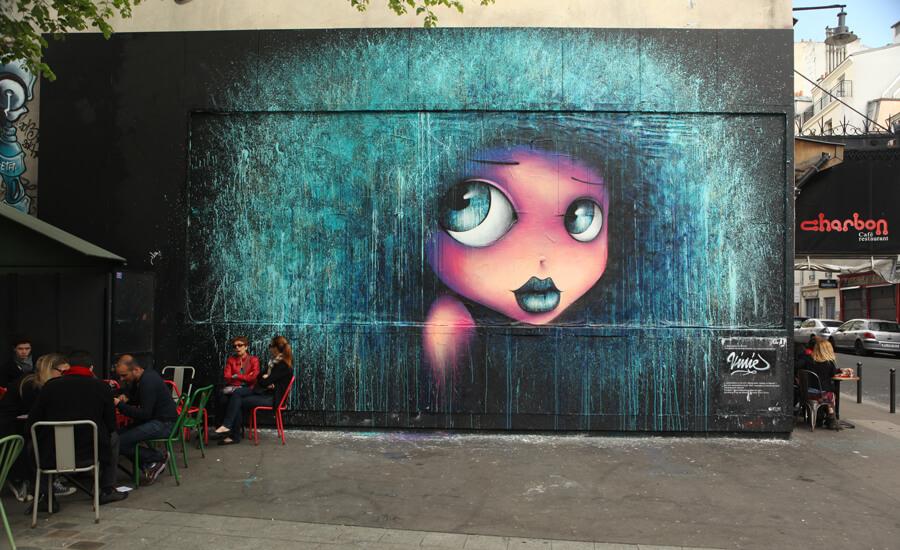 Oeuvre street art d'un visage d'enfant coloré