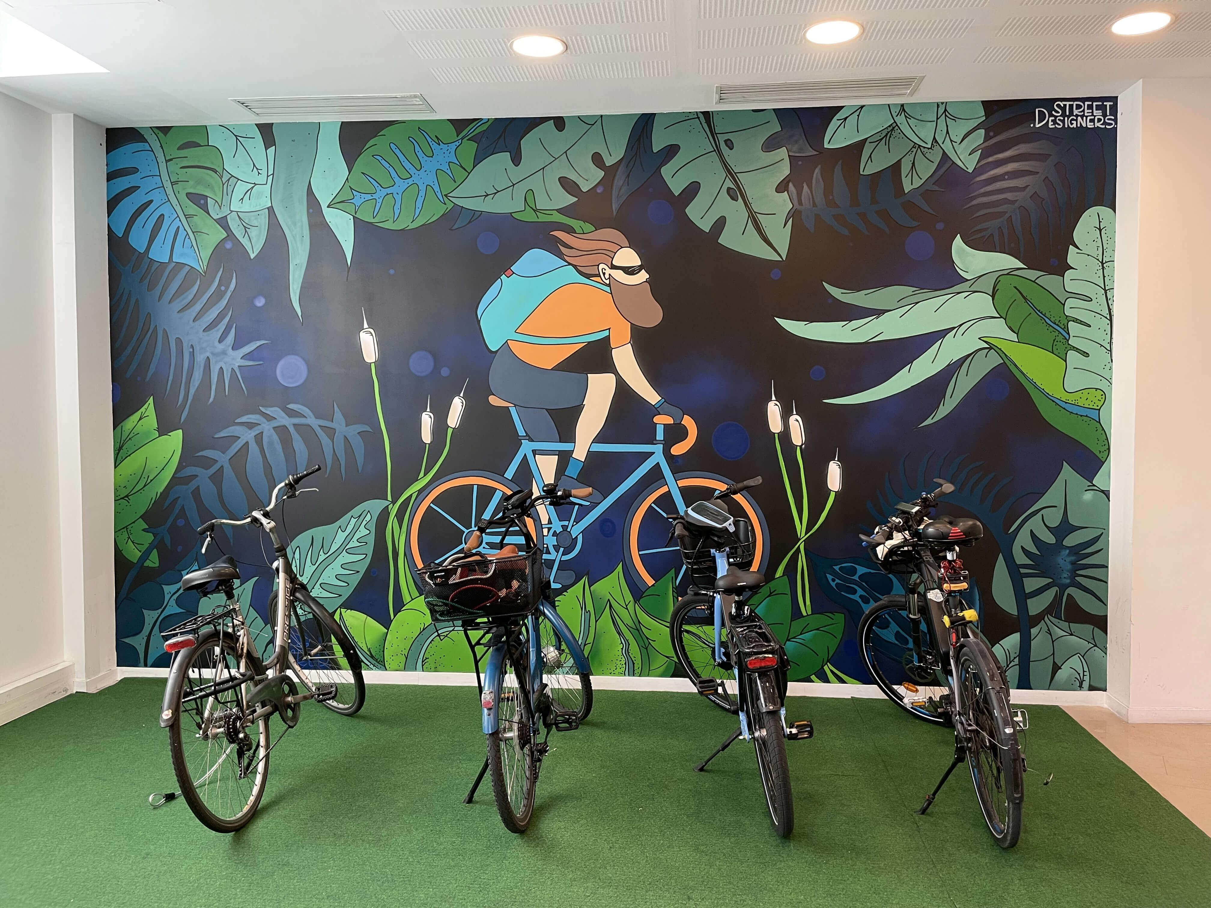Fresque mural street art dans un local à vélo