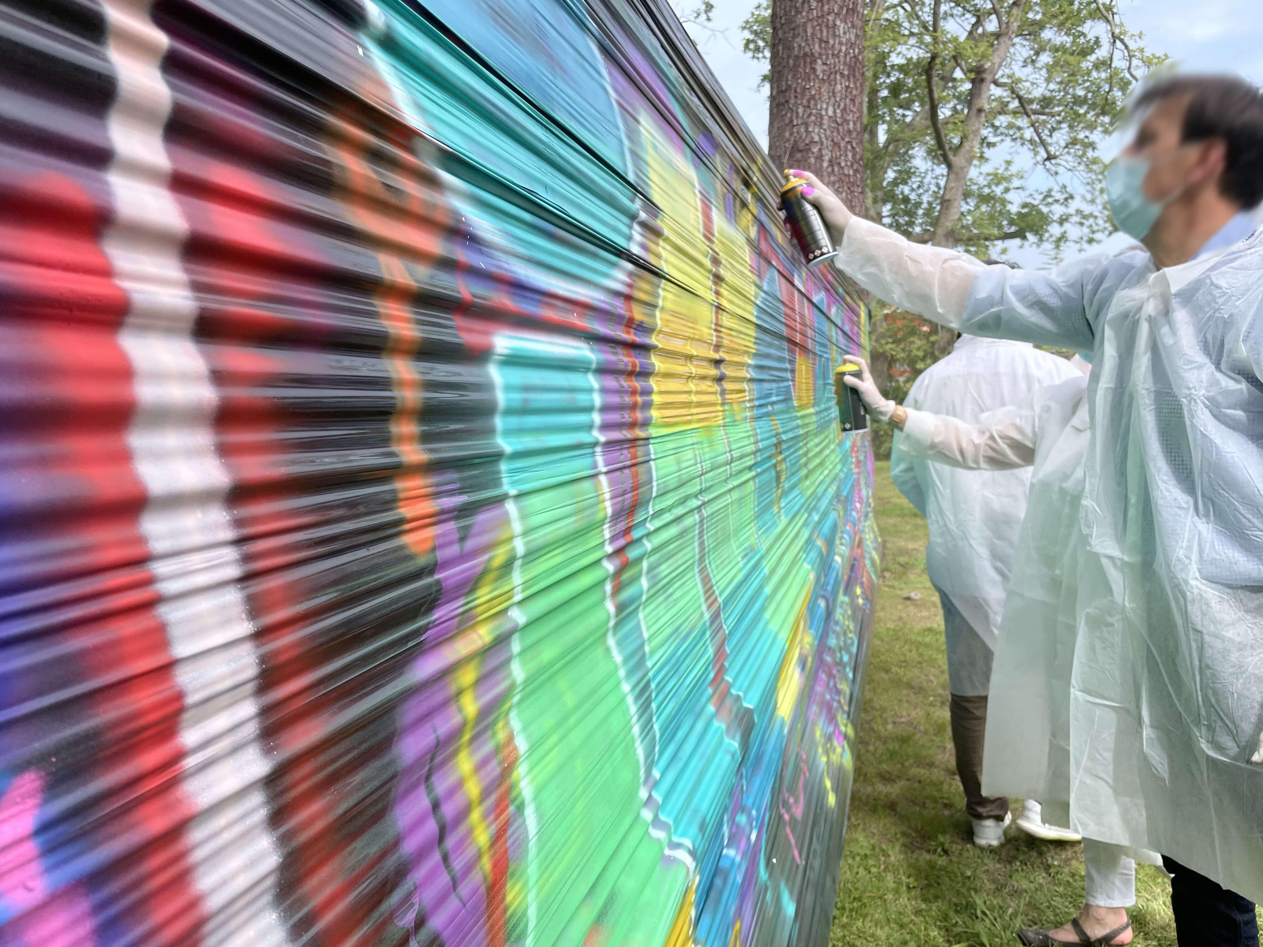 Graffeur en train de peindre sur un mur éphémère