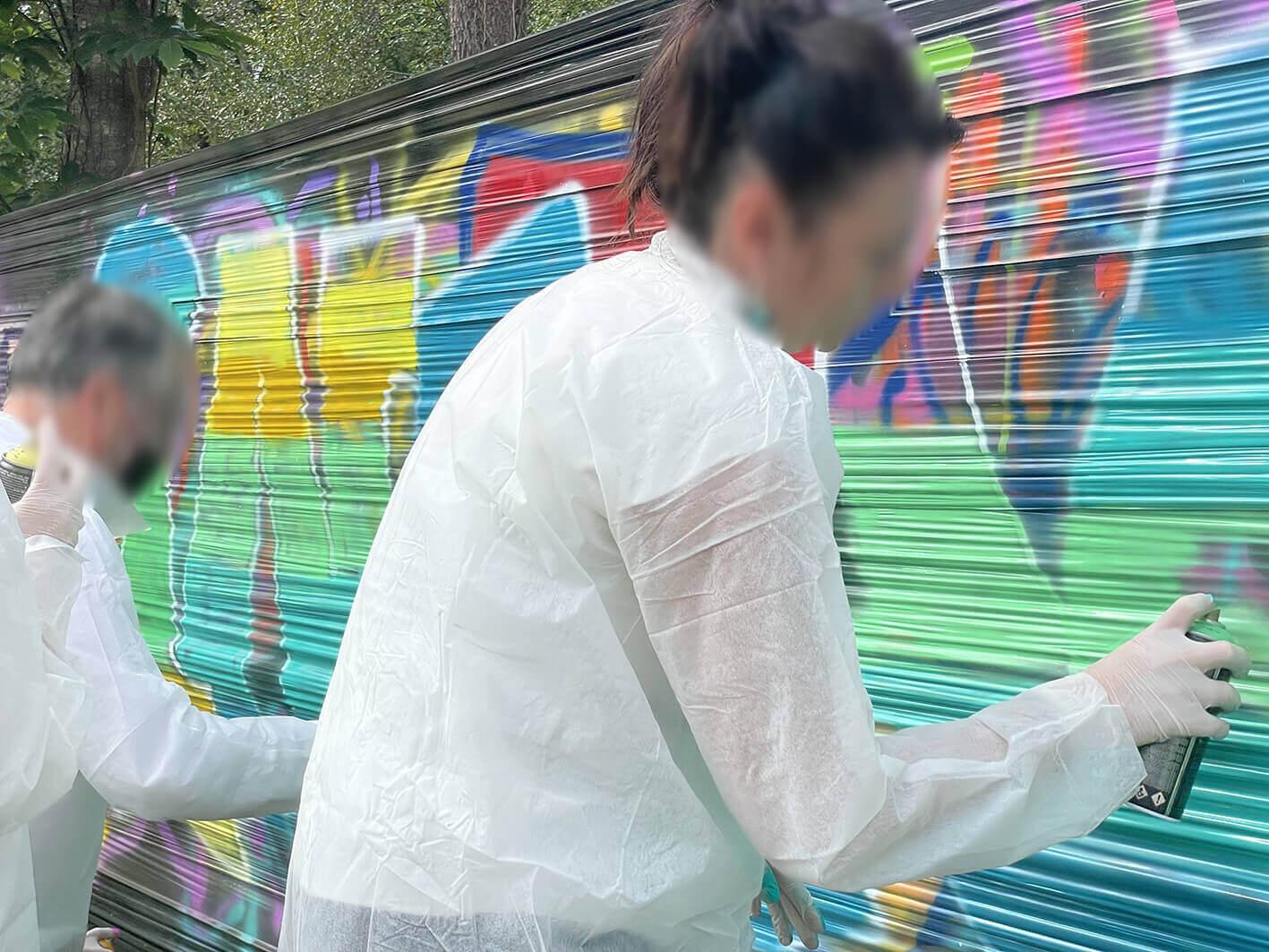 graffeuse en train de peindre une toile