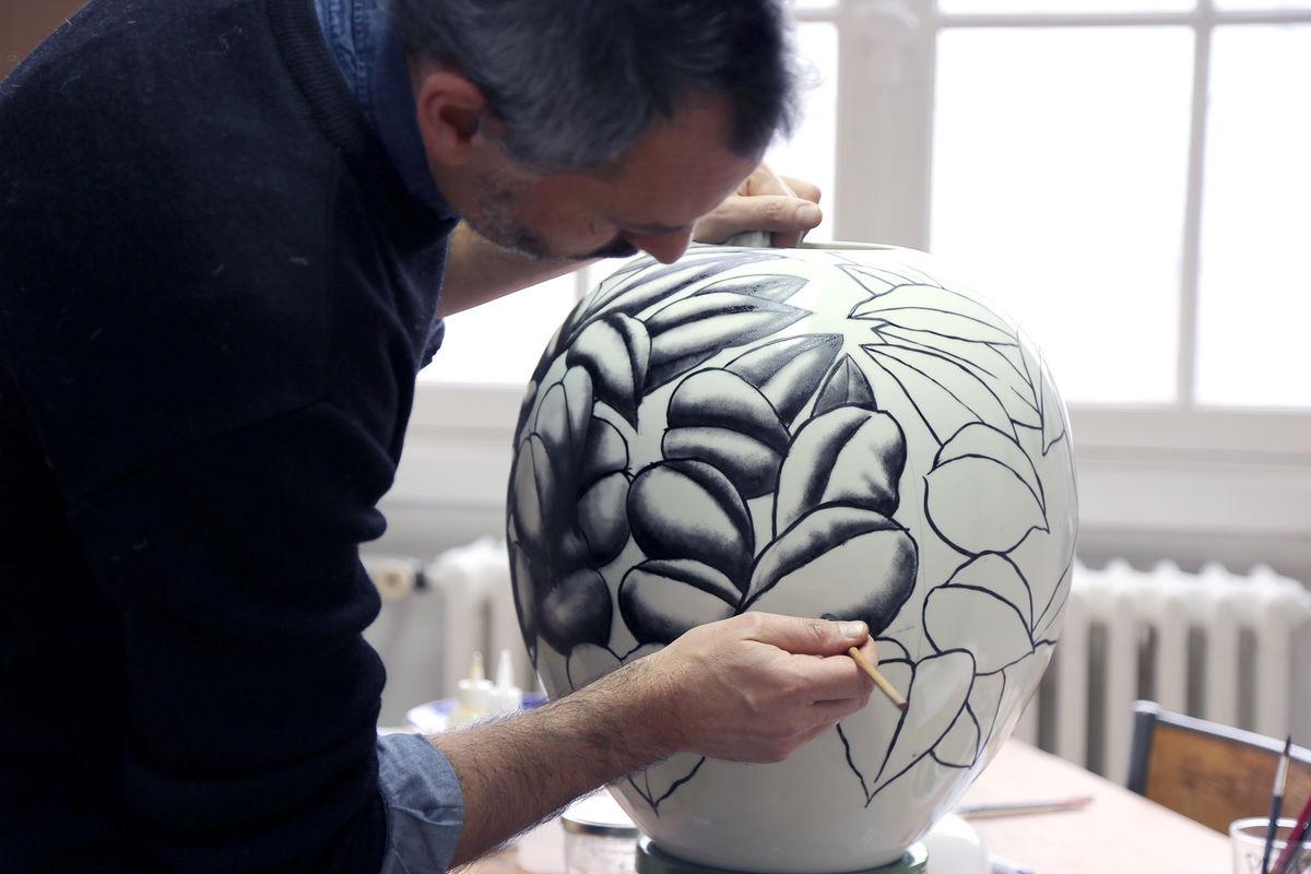 peintre sur vase en céramique