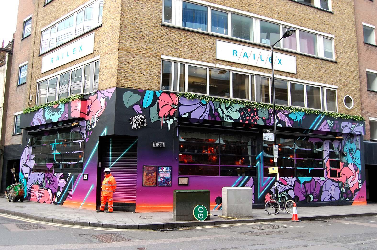 Fresque florale sur un bar à Londres