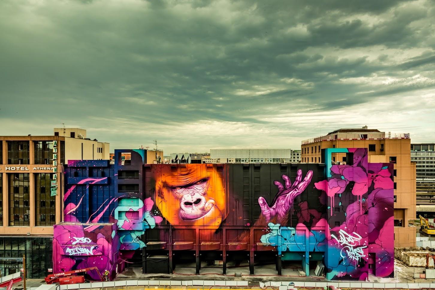 Fresque muralisme street art représentant un singe et des fleurs