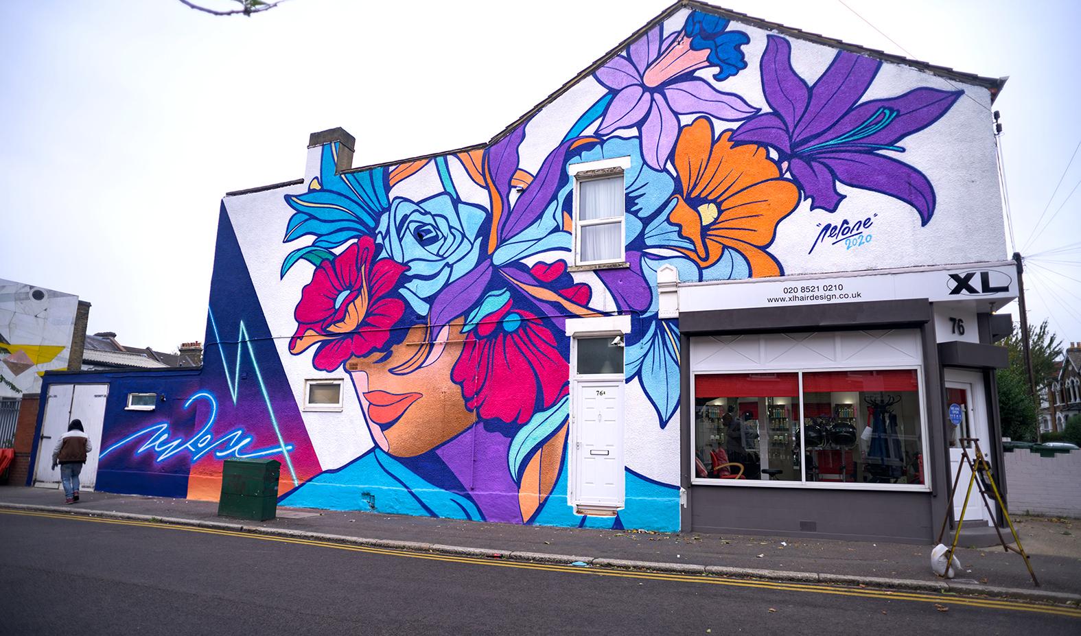 Fresque mural de fleur sur un magasin à Londres
