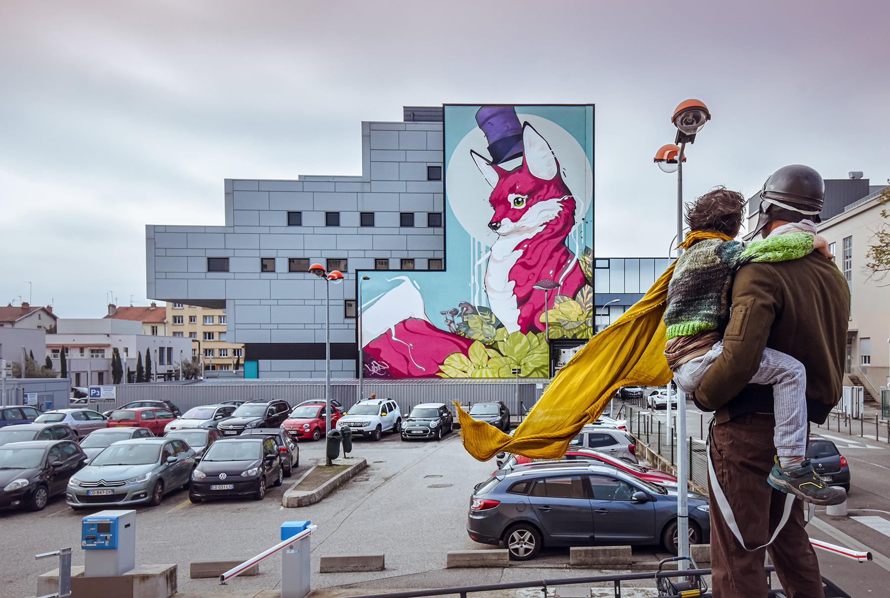 Fresque géante d'un renard sur une façade d'immeuble
