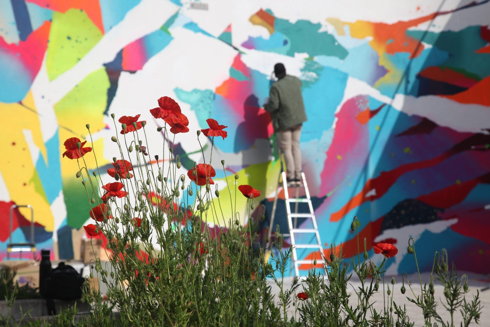 mur street art coloré réalisé en direct par un graffeur Parisien