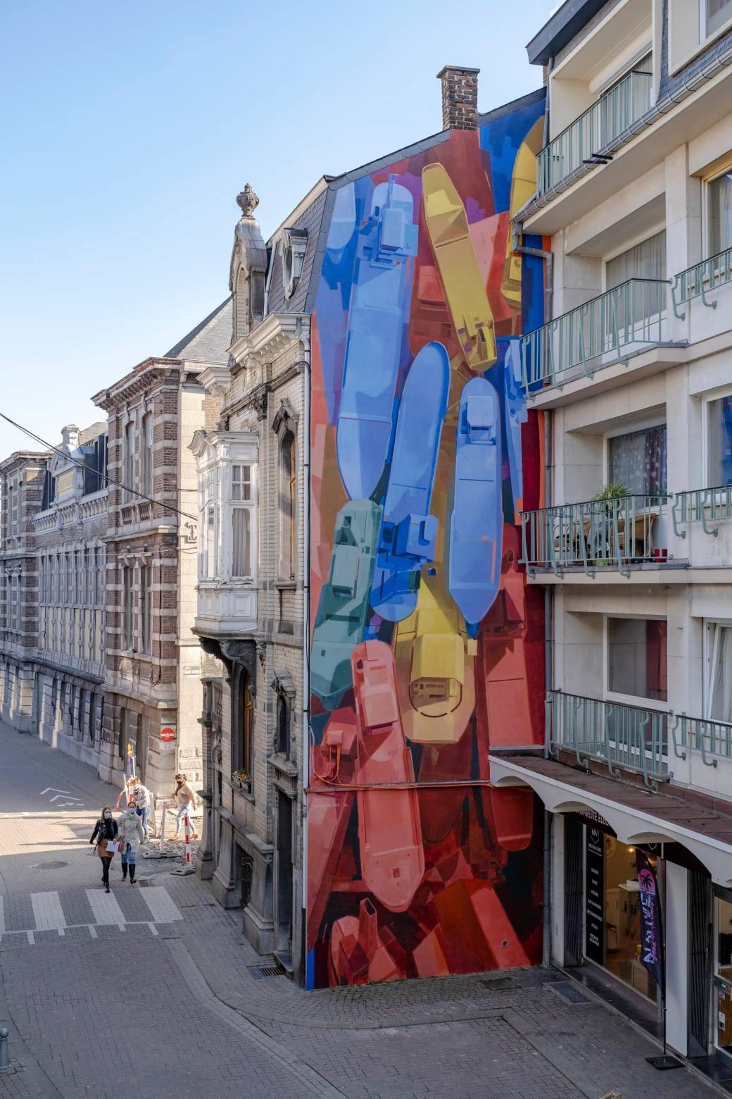 Muralisme sur un pignon d'immeuble. Fresque représentant des bateaux colorés