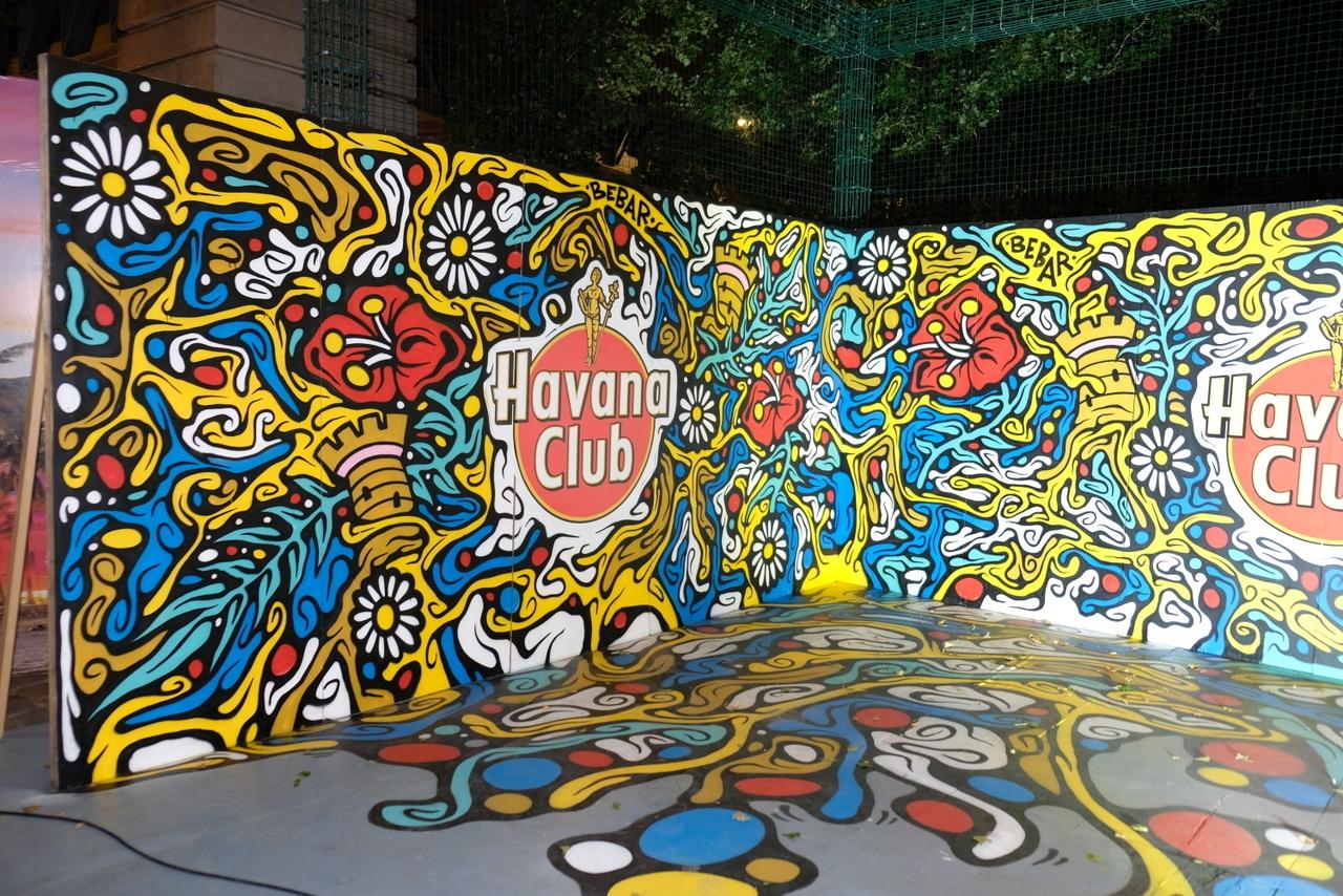 Fresque graffiti street art sur planche de bois avec le logo Havana Club