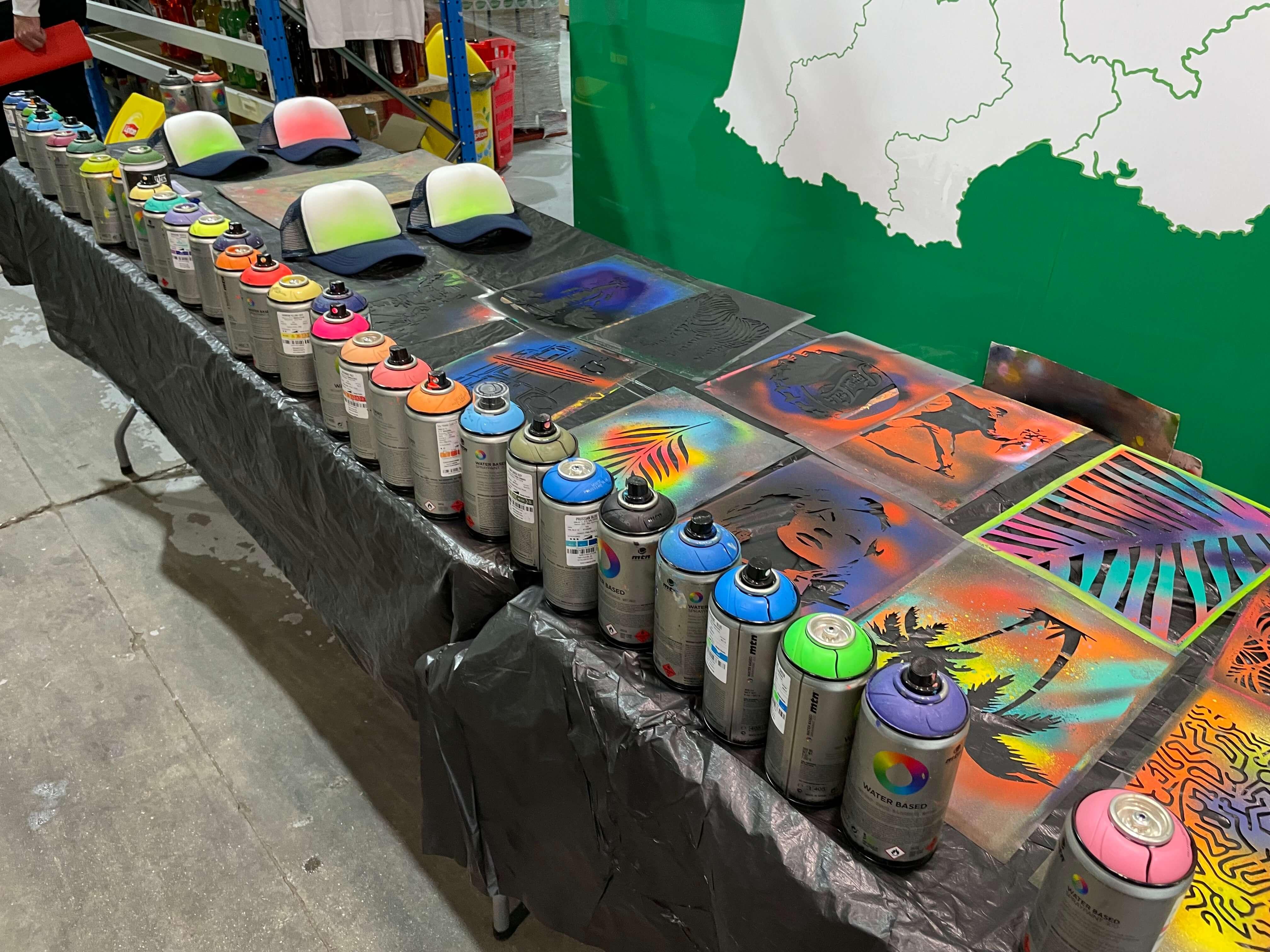 Bar à customisation d'objet street art avec des bombes de peinture