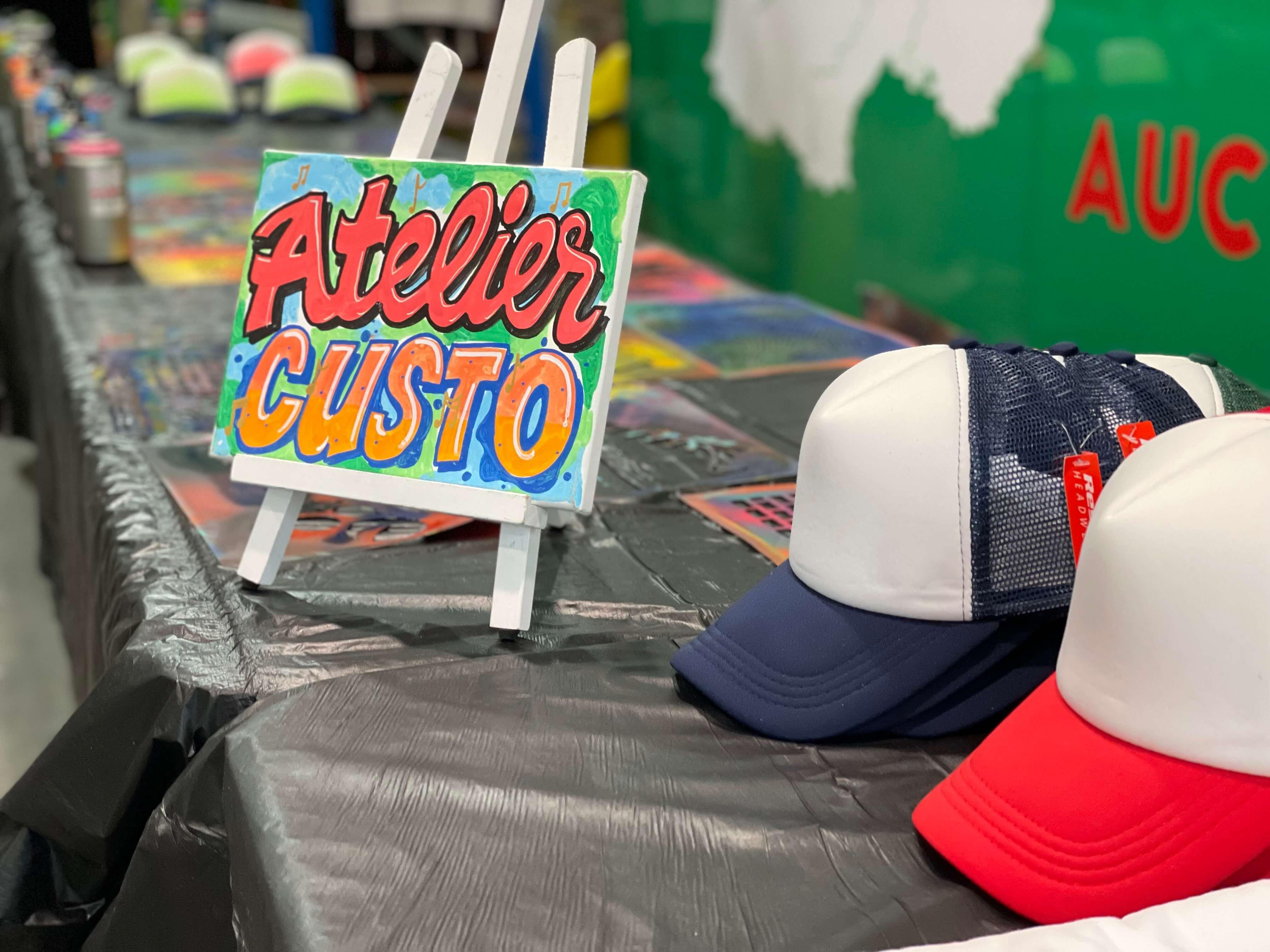 Atelier de personnalisation graffiti sur casquette et tee-shirt