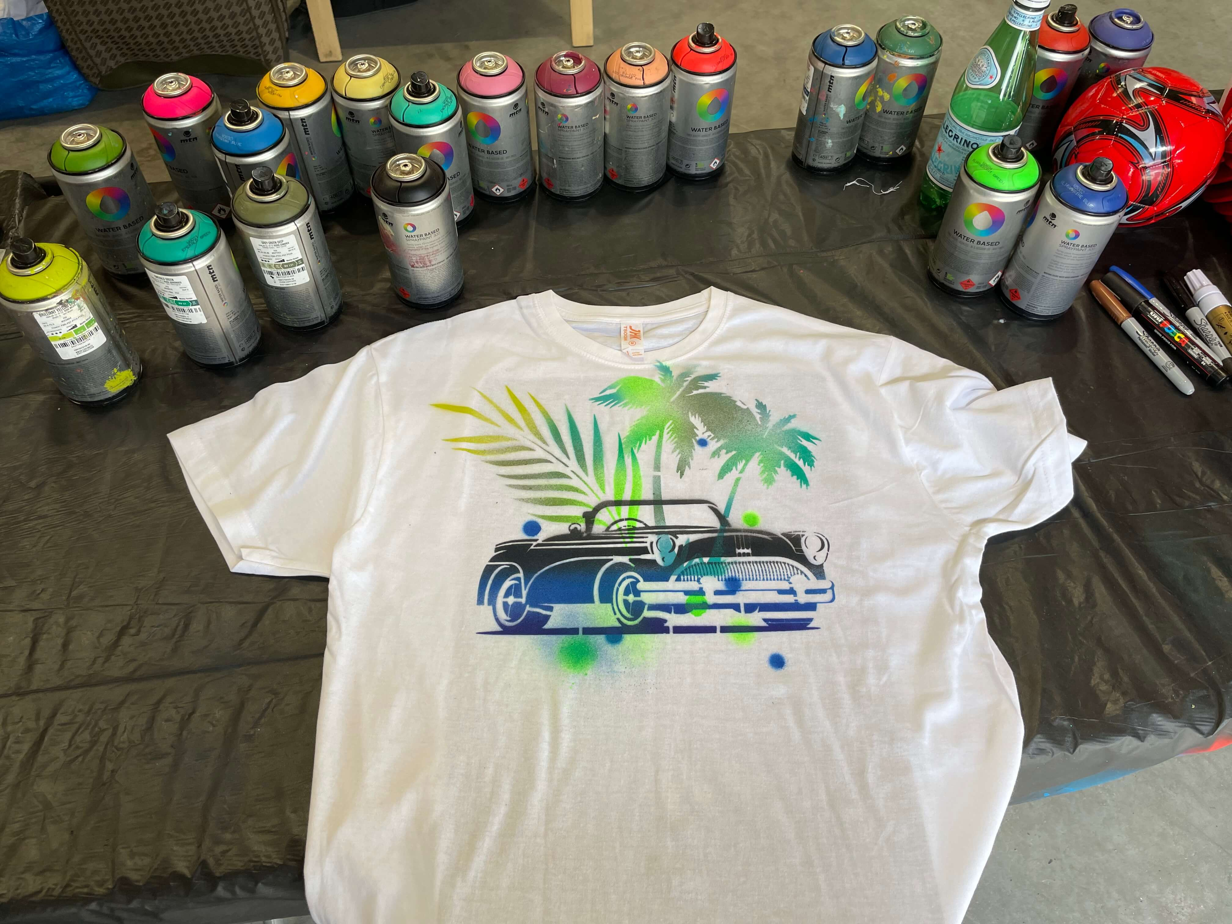 pochoir street art sur un tee-shirt avec des bombes de peinture écologique