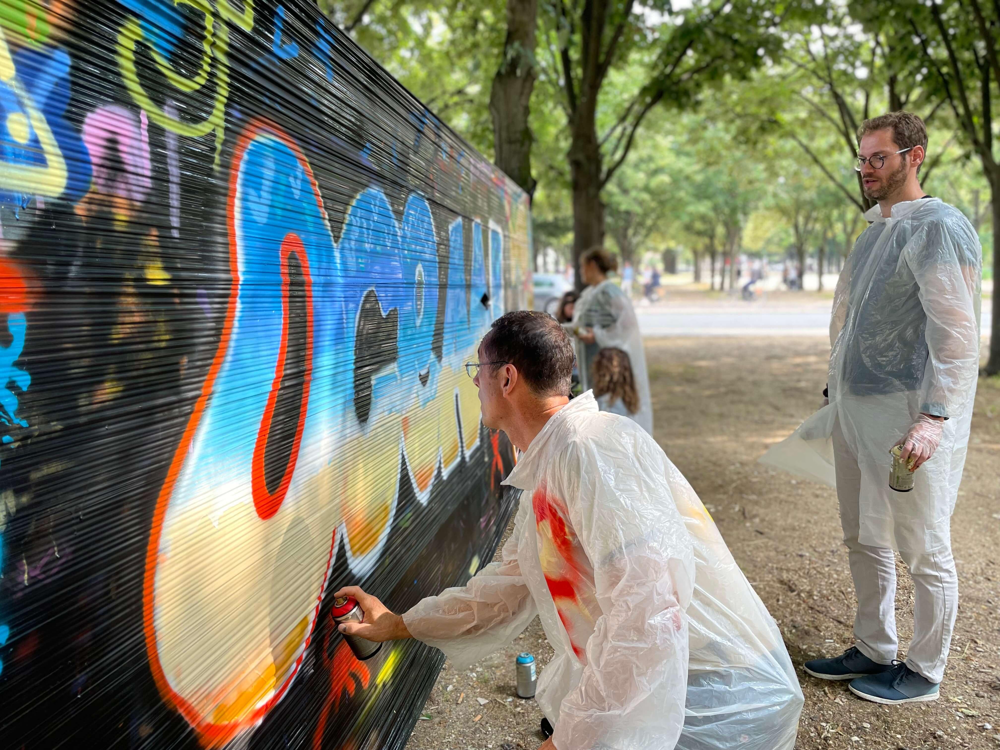 Atelier graffiti sur mur en cellophane