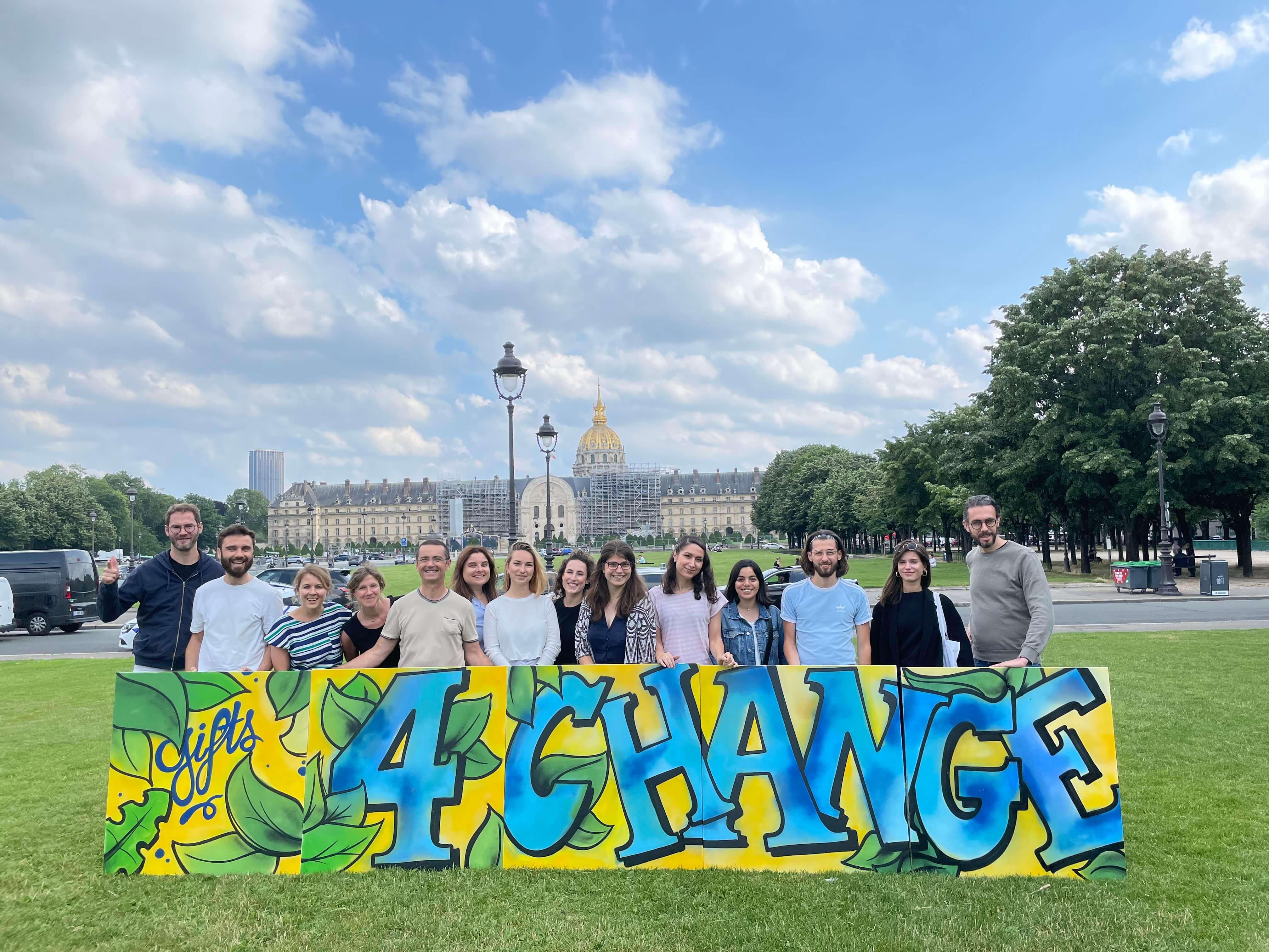 photo de groupe tenant des toiles street art aux Invalides à paris