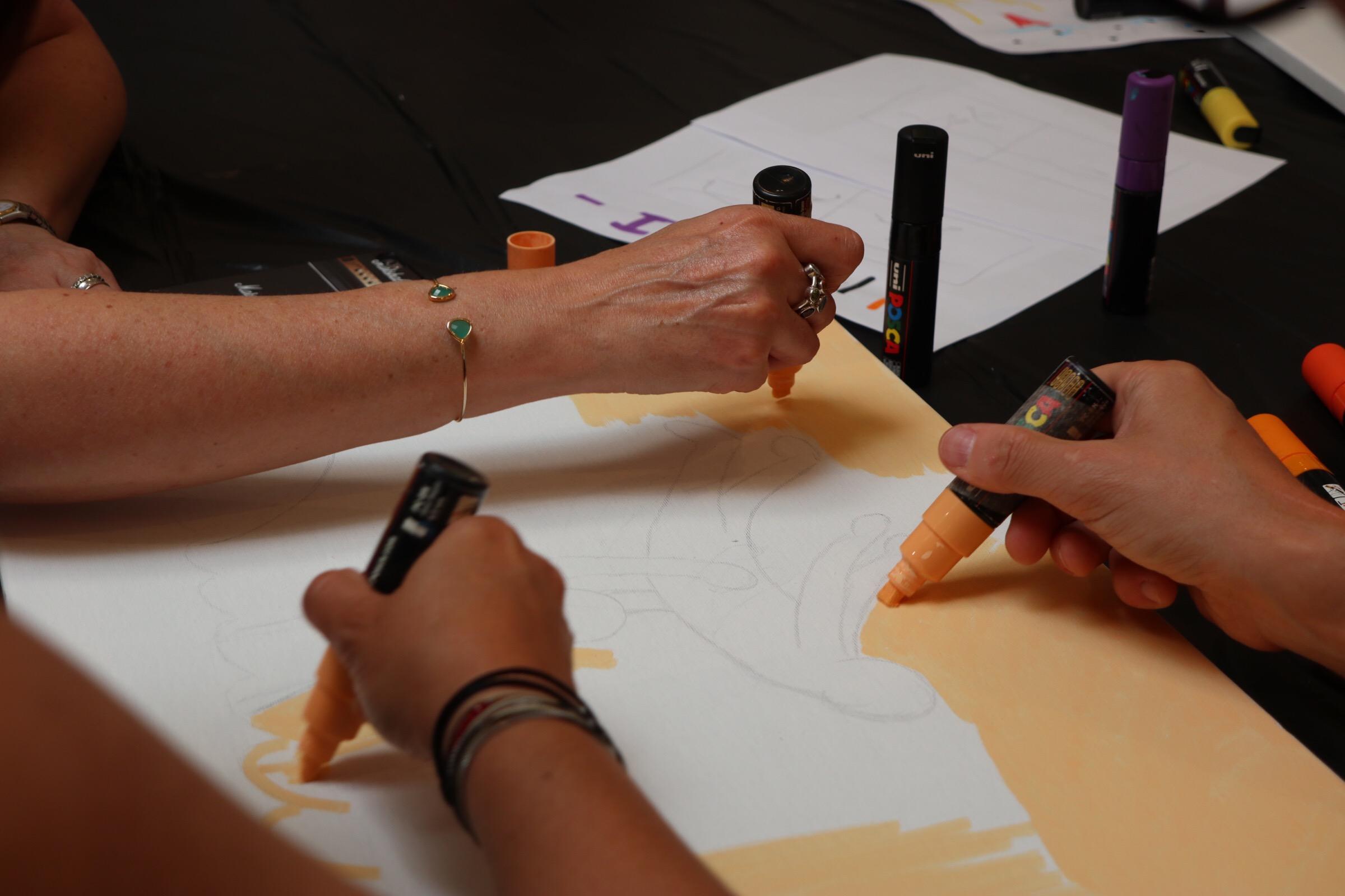 Animation team building keith haring pop art avec des maqueurs Poscas