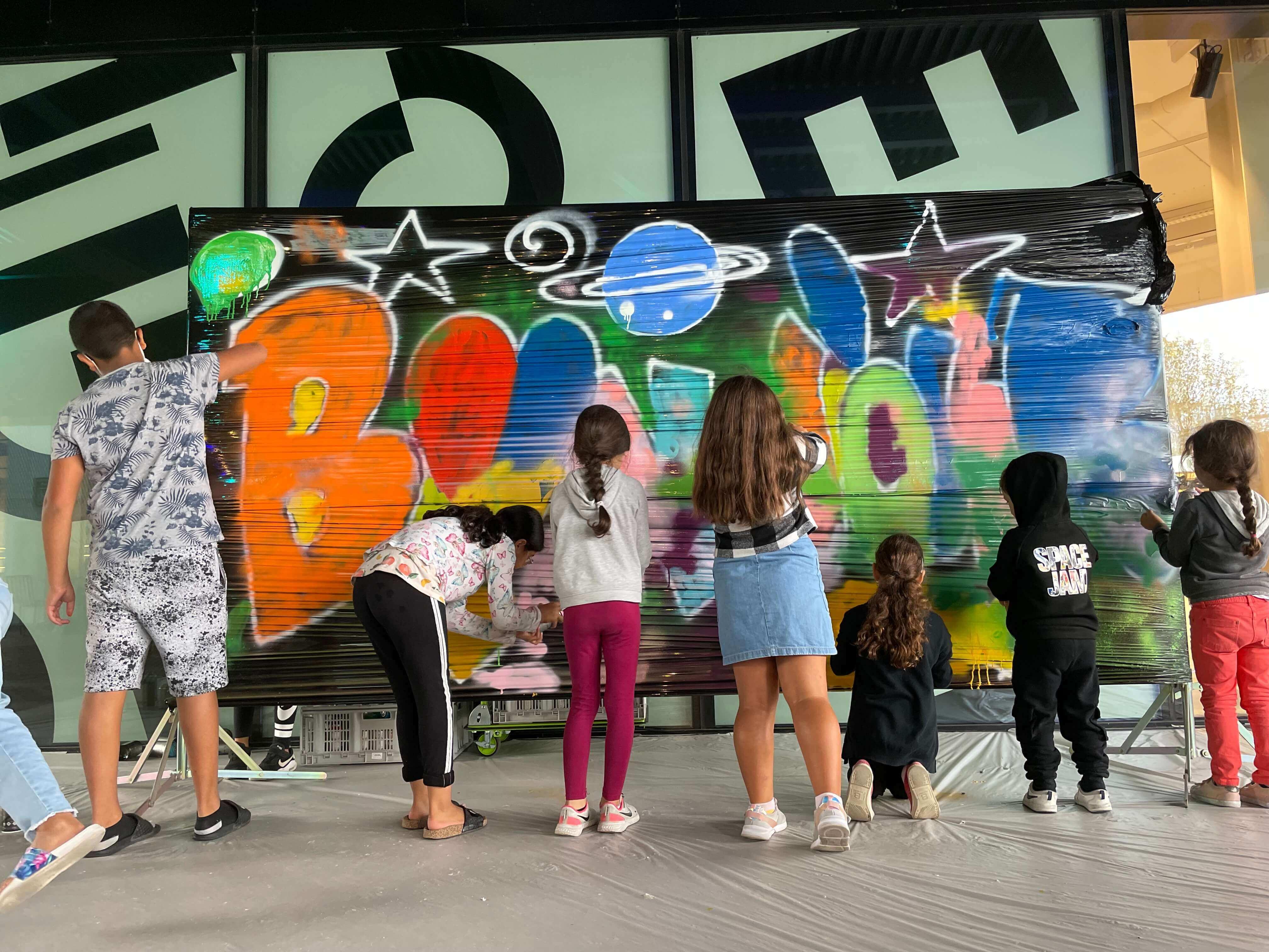 Initiation graffiti street art sur un mur en cellophane