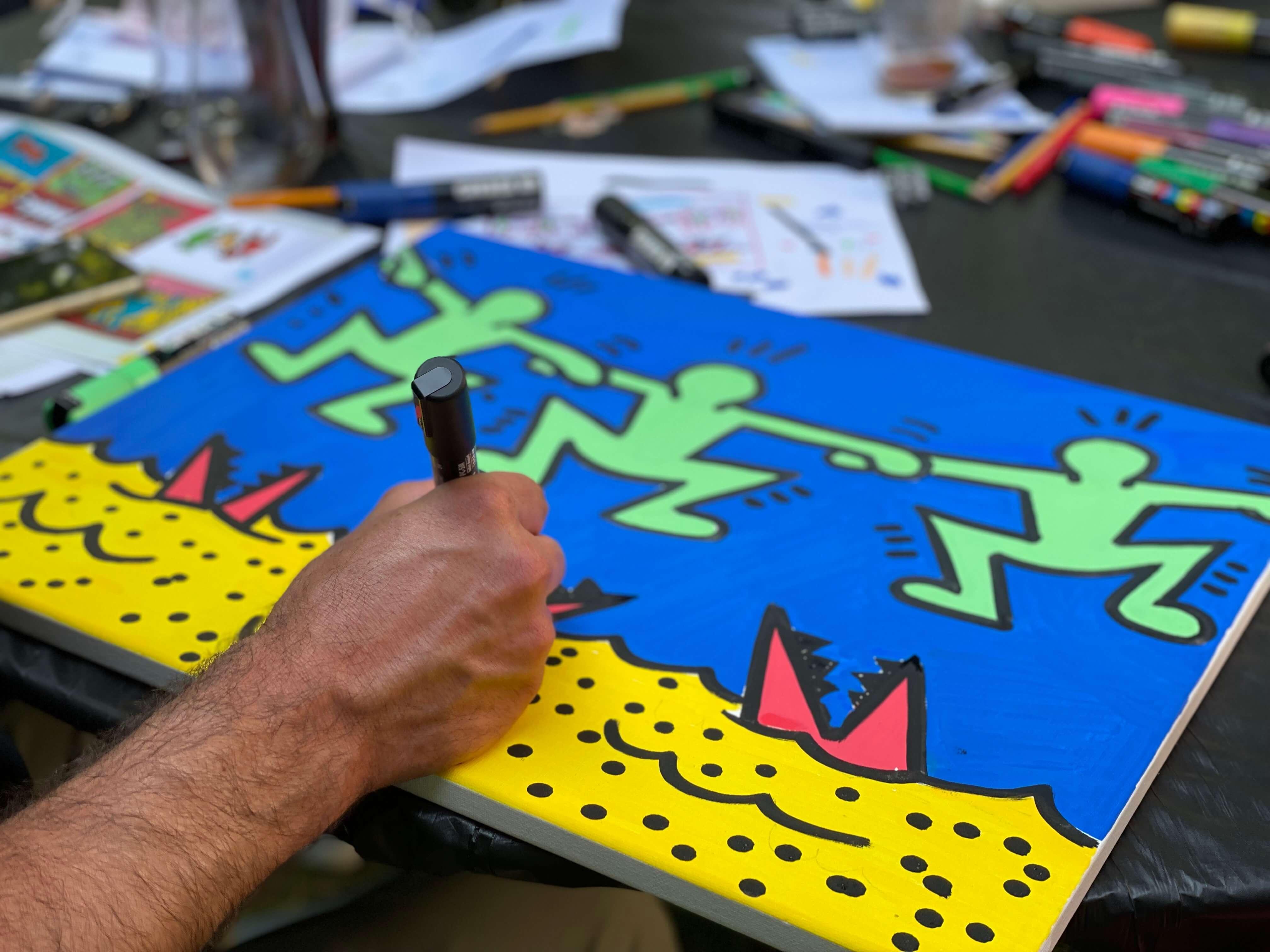 peintre pop art sur toile de lin représentant l'artiste Keith Haring