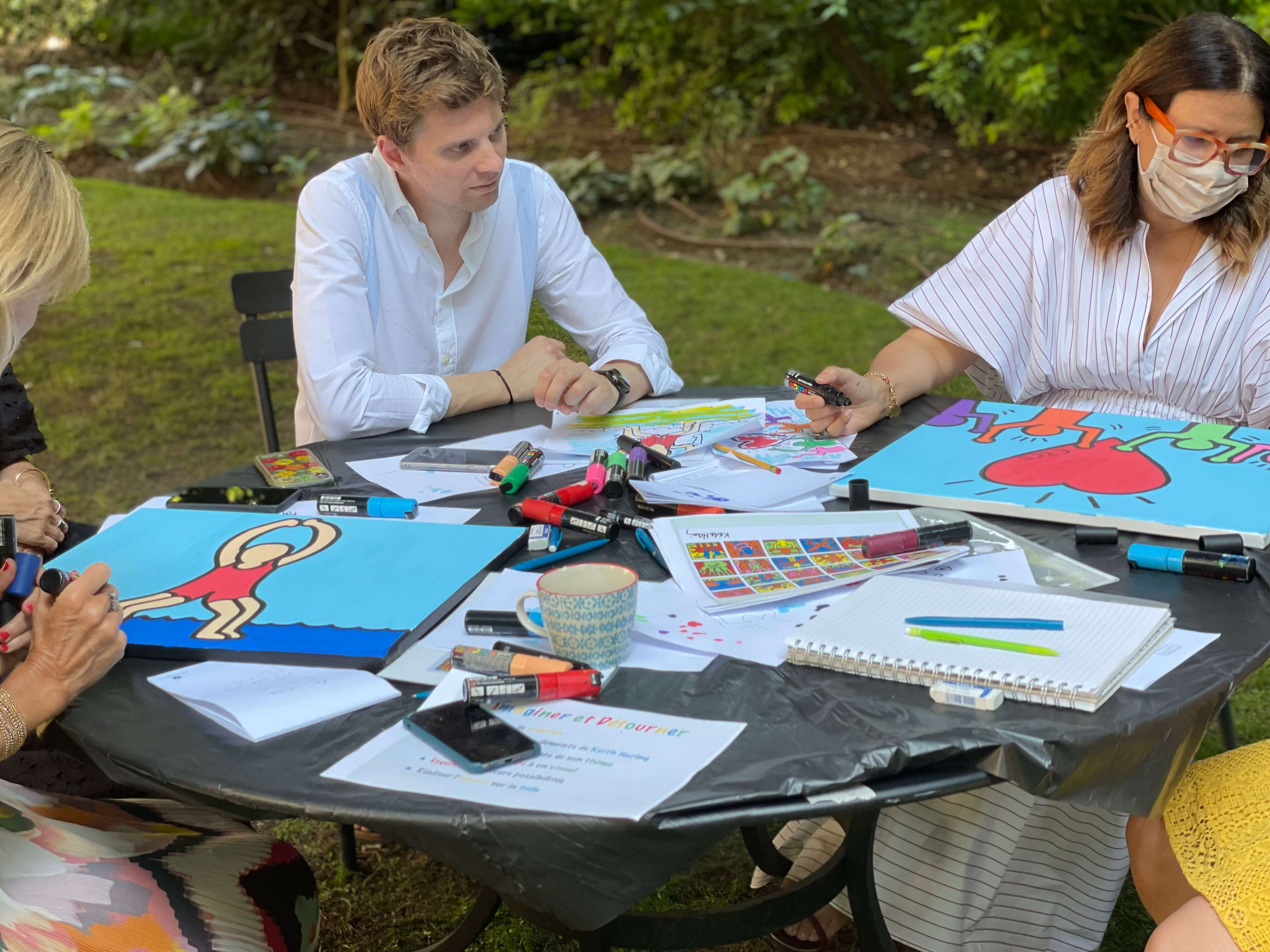 Brainstorming sur toile lors d'un team building artistique à Paris