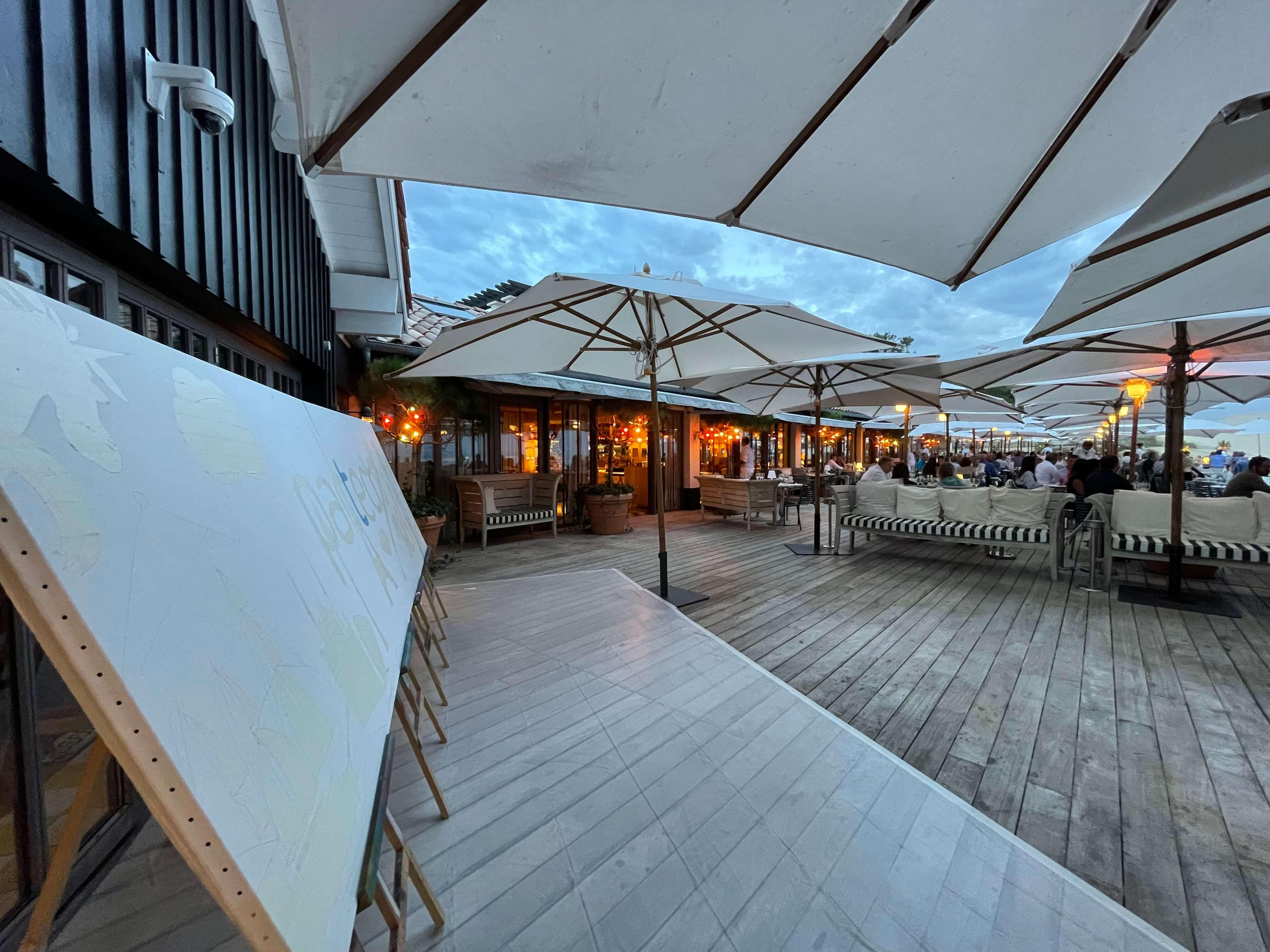 Toile de peintre sur la terrasse du restaurant la CoOrniche