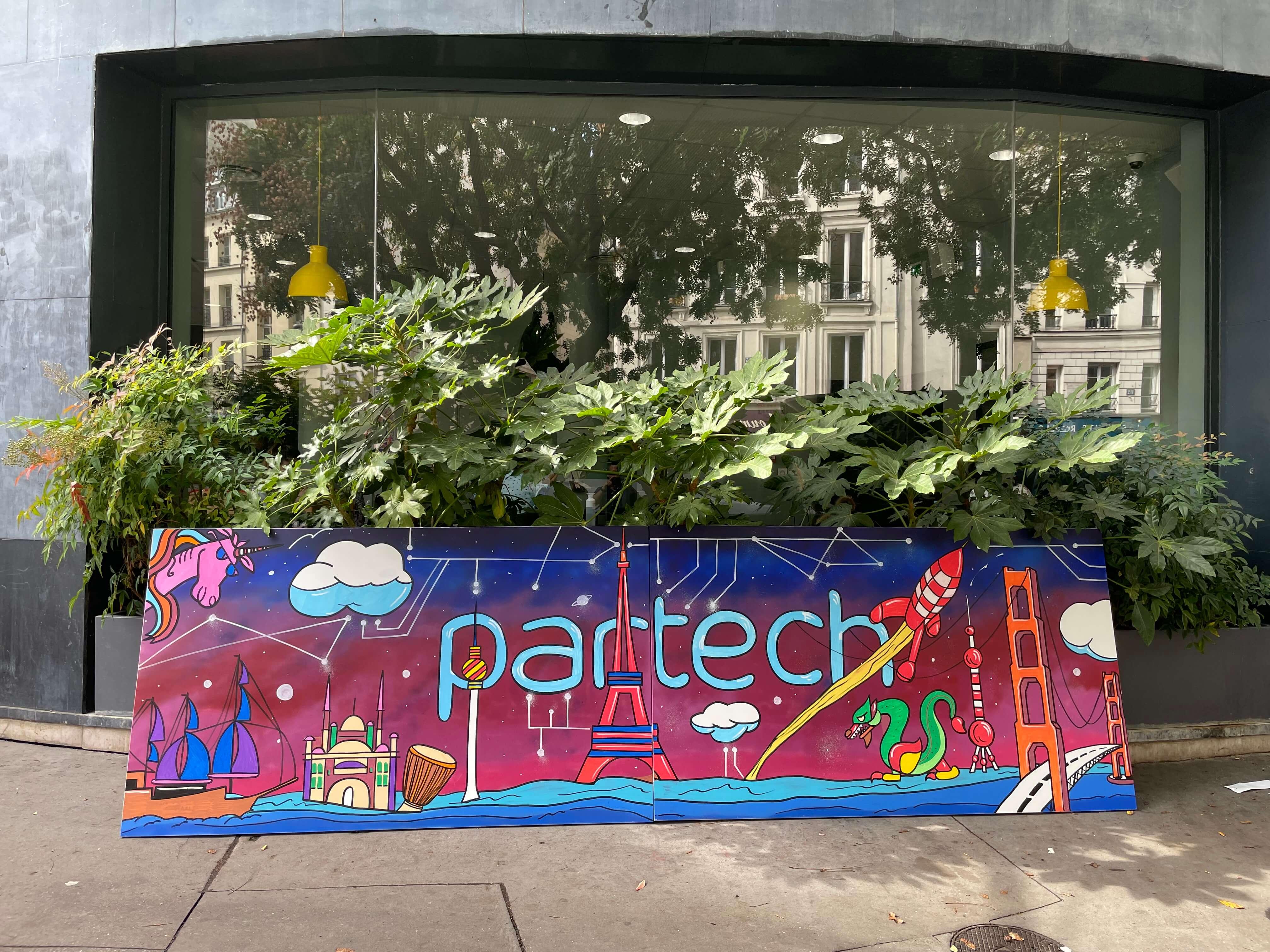 Fresque graffiti sur toile posé devant l'immeuble de bureau Partech à Paris