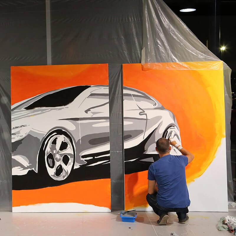 Voiture Mercedes peinte en graffiti sur toiles géantes