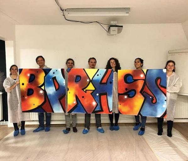 Animation team building graffiti sur toile lors d'un séminaire d'entreprise