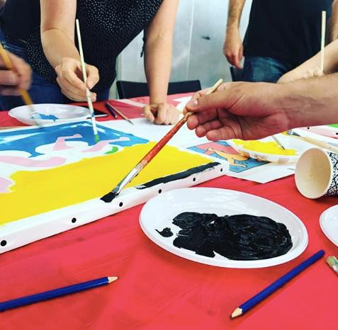 Photo d'une animation fresque participative réalisée sur toile lors d'un Team building