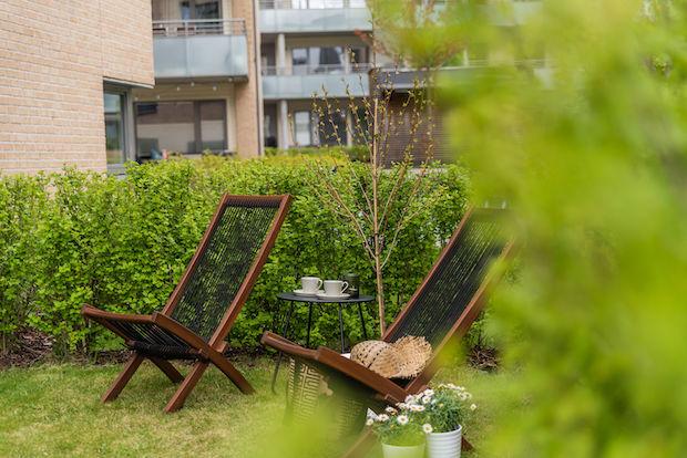 Romslig og sommerlig hage