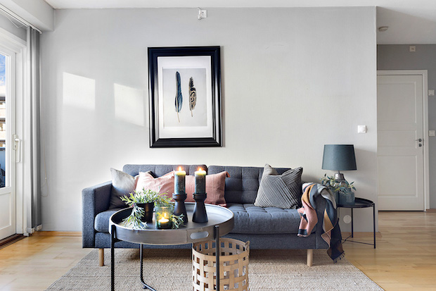 Sofa med lys fra vindu