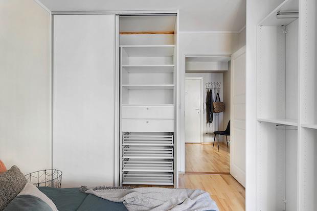 Åpen garderobe på soverom