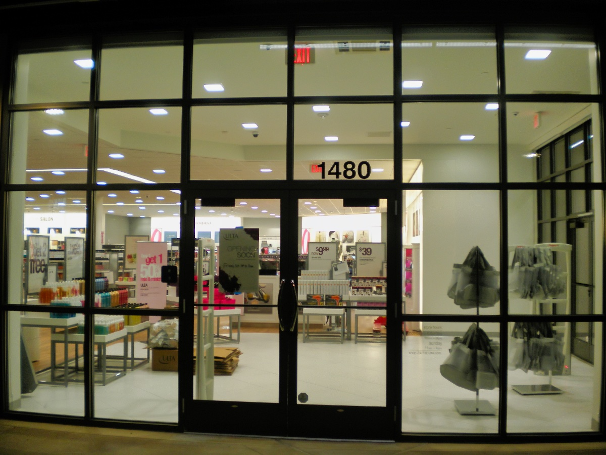 An all glass store front with brilliantly clean windows in Gig Harbor.