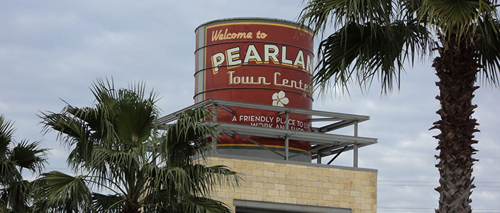 Pearland water tower in Perland Town Center - By Grguy2011 - Own work, CC BY-SA 3.0, https://commons.wikimedia.org/w/index.php?curid=16946696