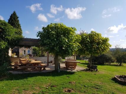 Bar met terras voor de nodige ontspanning op hondencamping La Soupèze in Frankrijk