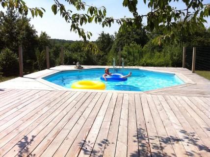 Zwembad met ruim zonnedek op hondencamping La-Soupèze in Frankrijk!