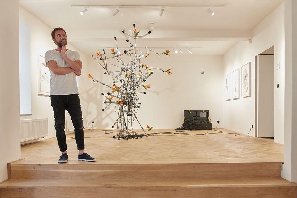 Na obrázku může být: 1 person, standing a indoor