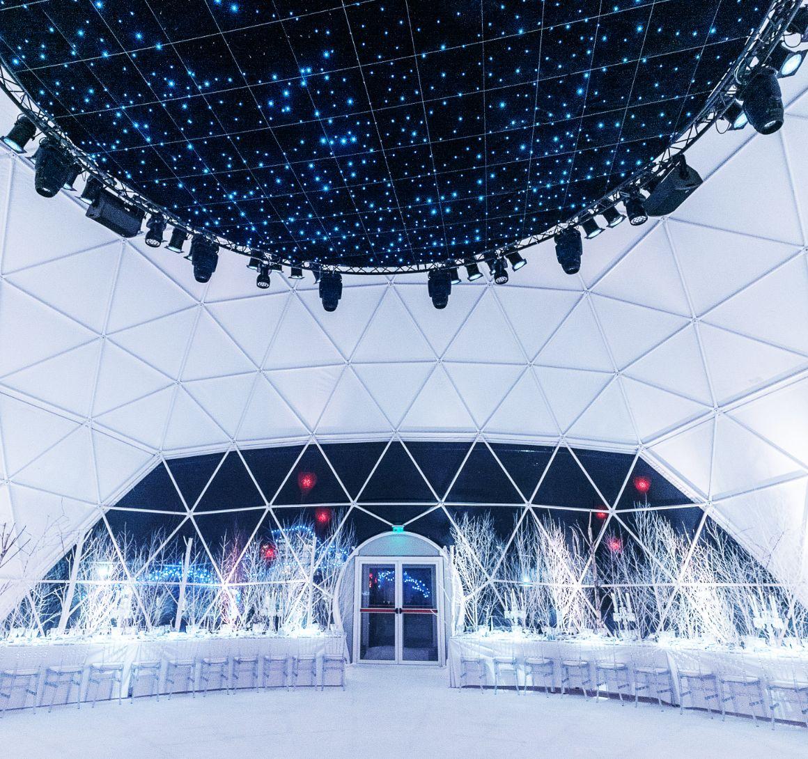 Installation d'un dôme géodésique pour le défilé