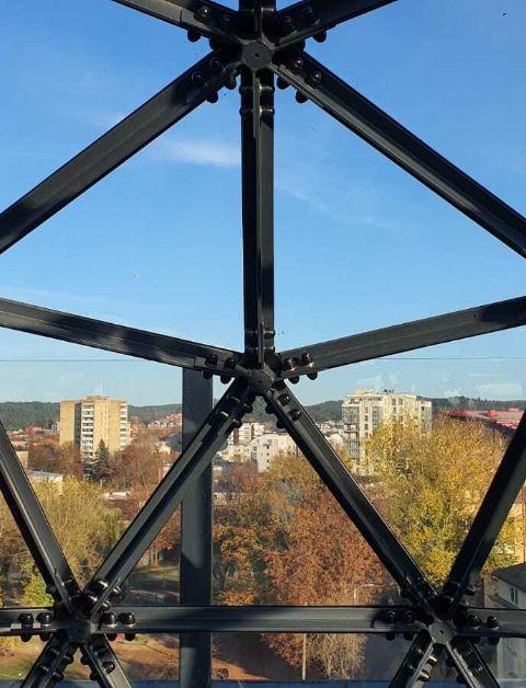 dôme en verre qui donne sur une vue panoramique