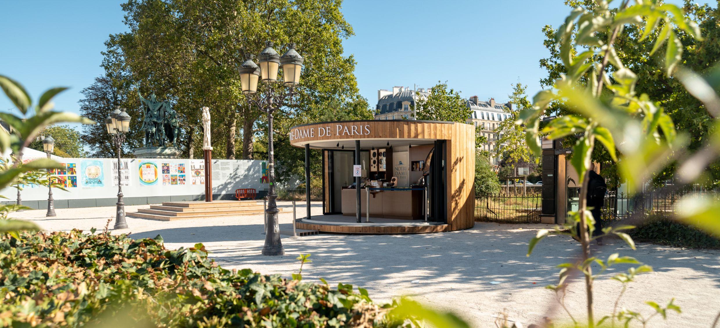 structure événementielle devant la Cathédrale Notre Dame de Paris