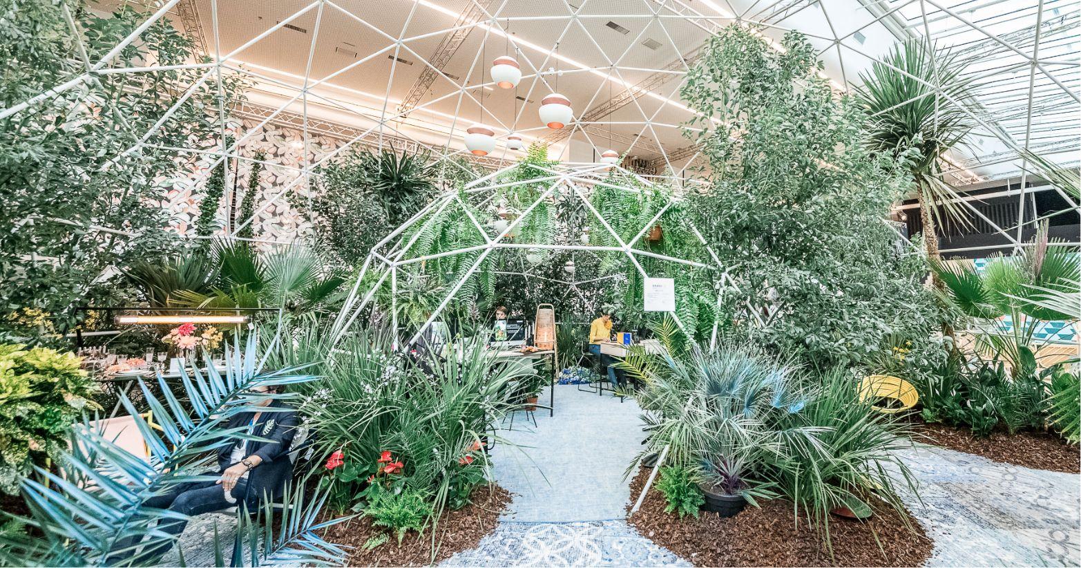 aménagement intérieur de l'Equip Hotel avec un dôme géodésique